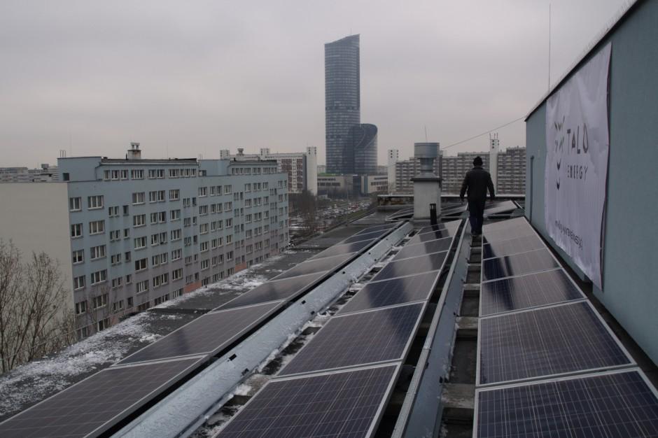 Wrocław. Panele słoneczne na dachach wieżowców
