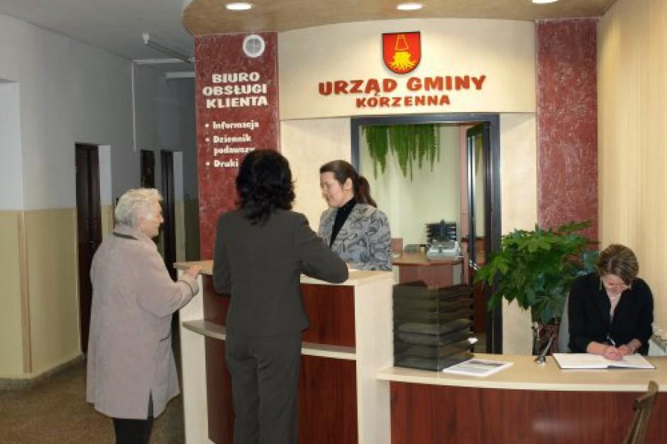 CBOS: Polacy coraz lepiej oceniają pracę urzędników