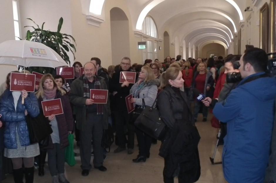 Poznań. Pracownicy protestowali przed urzędem miasta