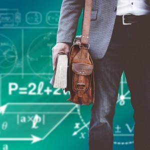 """Zmiany w systemie awansu zawodowego i oceny pracy nauczycieli wejdą w życie od 1 września 2018 roku. Spowodują, że podstawowa ścieżka awansu zawodowego wydłuży się z 10 do 15 lat. I tak nauczyciel stażysta, aby uzyskać stopień nauczyciela kontraktowego, będzie musiał zrealizować staż w wymiarze 1 roku i 9 miesięcy (do tej pory było to 9 miesięcy), po czym zdać egzamin przeprowadzony przez komisję, w skład której wchodzić będą także osoby spoza szkoły (do tej pory była to rozmowa kwalifikacyjna). Wydłużony zostanie okres pracy w szkole, którym trzeba się będzie wykazać, aby można było rozpocząć staż na stopień nauczyciela mianowanego (do 3 lat) oraz na stopień nauczyciela dyplomowanego (do 4 lat). Istnieć będzie jednak możliwość skrócenia ścieżki awansu zawodowego, przy czym zależeć będzie to od uzyskania oceny pracy na określonym poziomie. Nauczyciel kontraktowy i nauczyciel mianowany, legitymujący się wyróżniającą oceną pracy, będzie mógł rozpocząć staż na kolejny stopień awansu zawodowego po przepracowaniu w szkole co najmniej 2 lat od dnia nadania poprzedniego stopnia awansu zawodowego. W życie wchodzą także obligatoryjne terminy dokonywania oceny pracy nauczyciela w powiązaniu ze ścieżką awansu zawodowego. Jak zapowiedział MEN, ocena pracy nauczyciela będzie dokonywana """"obligatoryjnie po zakończeniu stażu na każdy kolejny stopień awansu zawodowego oraz co 3 lata pracy w szkole od dnia uzyskania stopnia nauczyciela kontraktowego, mianowanego i dyplomowanego, jeżeli nauczyciel, w zależności od posiadanego stopnia, nie rozpocznie stażu na kolejny stopień lub zakończy ścieżkę awansu"""". Fot. pixabay.com"""