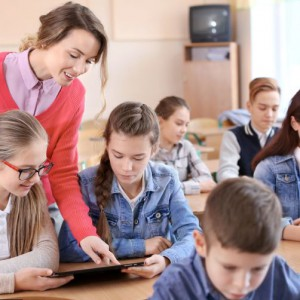 Likwidacja dodatków - wraz z nowym rokiem nauczyciele stracą dodatki socjalne - mieszkaniowy, prawo do lokalu mieszkalnego i prawo do działki gruntu szkolnego. Dodatkowo od września 2018 nie stracą również zasiłek na zagospodarowanie. (fot. pixabay)