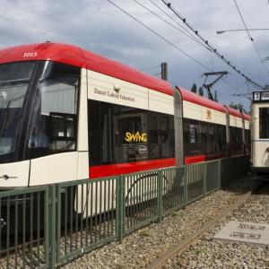 Gdańsk na realizację zadań bieżących w ramach lokalnego transportu zbiorowego miasta wyda w tym roku 315,4 mln zł. Dla porównaniu – w ubiegłorocznym budżecie zapisano na ten cel 301 mln zł. Dzięki zwiększeniu dofinansowania zrealizowanych zostanie ponad 200 tysięcy więcej wozokilometrów. Jeśli idzie o inwestycje w transport i komunikację, Gdańsk wyda 259,1 mln zł, co stanowi 39,2 proc. wszystkich miejskich wydatków inwestycyjnych. Wśród najbardziej spektakularnych inwestycji w komunikację publiczną będzie rozpoczęcie budowy trasy tramwajowej (Nowa Bulońska Północna). Ze względu na specyfikę Gdańska, który funkcjonuje w ramach jednego organizmu miejskiego z Gdynią i Sopotem, podajemy także, ile oba te ośrodki wydają na komunikację publiczną w tym roku. W budżecie Gdyni na wydatki bieżące lokalnego transportu zbiorowego przeznaczono 162,3 mln zł (nieco mniej, niż wydano w roku ub., gdy była to kwota 164,2 mln zł, ale mimo tego wielkość pracy eksploatacyjnej będzie większa niż w 2017 r. - planuje się przewiezienie w całej sieci 89 mln pasażerów) i aż 139,9 mln zł na wydatki majątkowe (w ub. roku było to 7,8 mln zł), z czego przeważającą większość pochłoną zakupy nowego taboru. Z kolei Sopot na funkcjonowanie komunikacji miejskiej wyda w br. 4,35 mln zł. Fot. Jerzy Pinkas / www.gdansk.pl