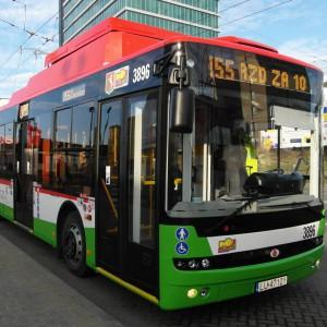 """W Lublinie na lokalny transport zbiorowy zapisano w budżecie miasta 195,38 mln zł, z czego 186,8 mln zł przeznaczono na sfinansowanie transportu zbiorowego w mieście, natomiast 8,5 mln zł na zarządzanie tymże transportem (rok temu było to odpowiednio 180,9 mln zł; 173 mln zł i 7,9 mln zł). W tegorocznym budżecie Lublina zapisano też zakup 15 trolejbusów (na 34 mln zł finansowanie z dochodów własnych i """"innych środków zwrotnych"""" stanowi 19,4 mln zł) w ramach rozbudowy sieci komunikacji zbiorowej dla potrzeb Zintegrowanego Centrum Komunikacyjnego dla Lubelskiego Obszaru Funkcjonalnego. Inwestycje w tabor oraz infrastrukturę komunikacyjną zostały także ujęte w projekcie """"Rozbudowa i udrożnienie sieci komunikacji zbiorowej dla obszaru specjalnej strefy ekonomicznej i strefy przemysłowej w Lublinie"""" oraz """"Niskoemisyjna sieć komunikacji zbiorowej dla północnej części LOF wraz z budową systemu biletu elektronicznego komunikacji aglomeracyjnej"""". Fot. mat MPK Lublin"""