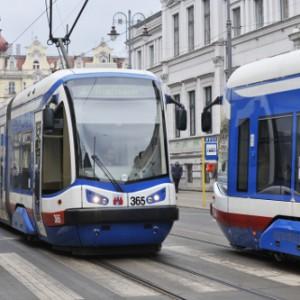 """W Bydgoszczy wydatki bieżące na lokalny transport zbiorowy zostały określone w budżecie na poziomie 182,1 mln zł (w ub. roku na ten cel wykorzystano 178,4 mln zł). Na wydatki majątkowe zapisano 218,19 mln zł (166,14 mln zł pochodzić będzie z funduszy pomocowych). Najbardziej kosztowną z inwestycji transportowych stanowi zadanie """"Budowa trasy tramwajowej wzdłuż ul. Kujawskiej na odcinku od ronda Kujawskiego do ronda Bernardyńskiego wraz z rozbudową układu drogowego, przebudową infrastruktury transportu szynowego oraz zakupem taboru w Bydgoszczy"""", które pochłonąć ma 158 mln zł. Fot. mat UM Bydgoszcz"""