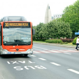 W Rzeszowie na lokalny transport zbiorowy w budżecie miasta zapisanych zostało 193,4 mln zł, przy czym 68,14 mln zł z tej kwoty stanowią wydatki bieżące. Prawie dwa razy tyle (125,25 mln zł) zostało przeznaczone na inwestycje i zakupy inwestycyjne. W tej drugiej grupie wydatków największą część (94,9 mln zł) stanowią zakupy ekologicznego taboru autobusowego wraz z budową infrastruktury, zaś listę zamyka 960 tys. zł na budowę Podmiejskiej Kolei Aglomeracyjnej. Dla porównania – w budżecie Rzeszowa na rok 2017 na lokalny transport zbiorowy zapisano 99 mln zł (58,1 mln zł na wydatki bieżące, 40,8 mln zł na wydatki majątkowe). Fot. www.rzeszow.pl