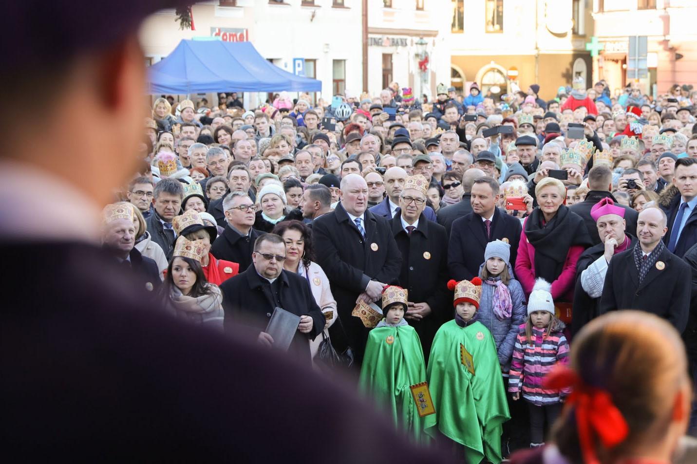 Skoczów - w uroczystości udział wzięły tłumy mieszkańców. Podobnie było w ponad 600 miastach, gdzie takie wydarzenia odbyły się (fot. prezydent.pl/Jakub Szymczuk)