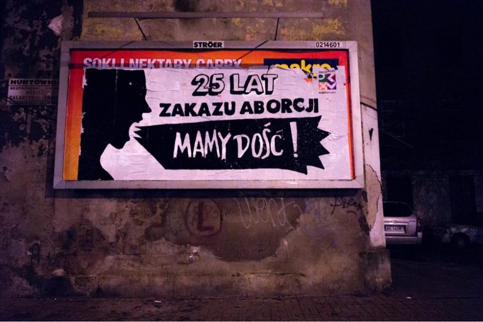 Na warszawskiej Pradze zawisł billboard z hasłami sprzeciwu wobec zakazu aborcji
