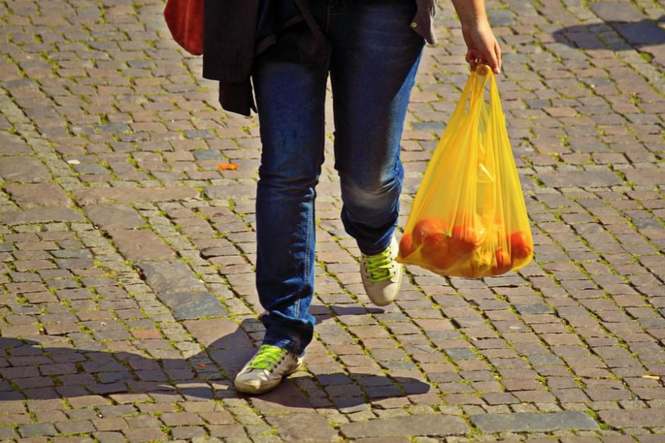 Opłata recyklingowa za torby foliowe ciągle budzi wiele pytań