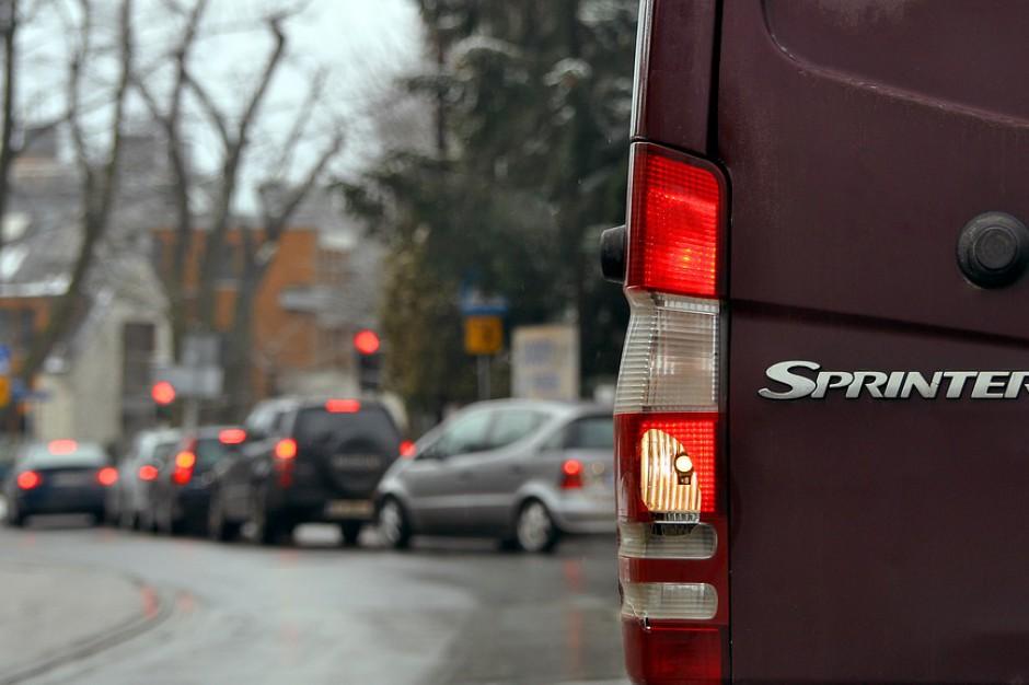 Ustawa o elektromobilności: Kopcące samochody powinny płacić za wjazd do centrów miast