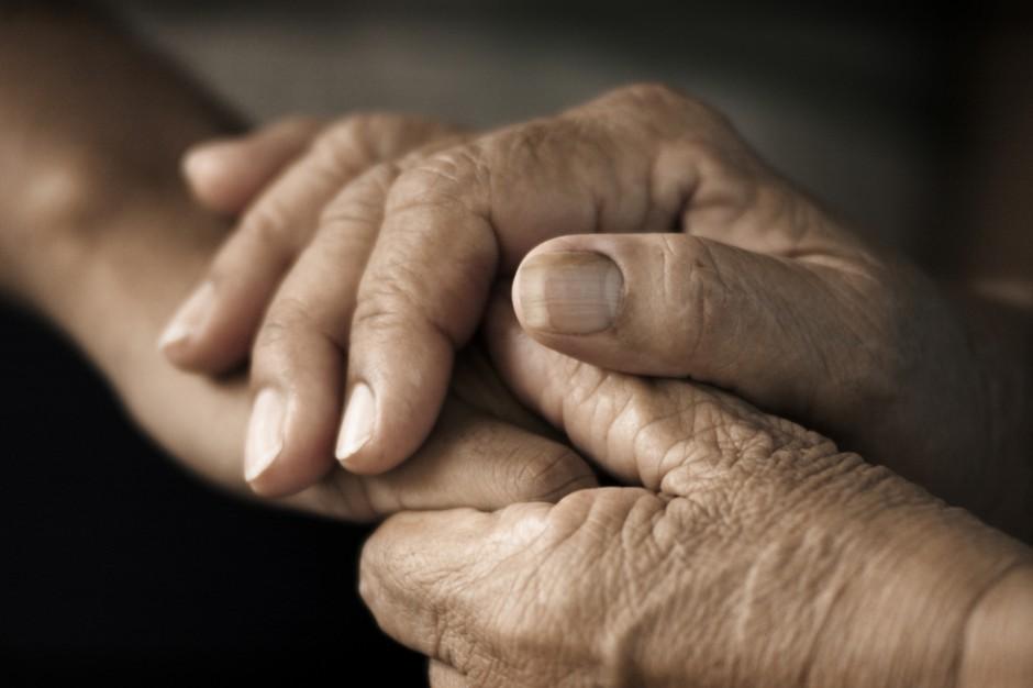 Dochód 100-letnich mieszkańców DPS bez świadczenia honorowego. PO chce zmian w ustawie