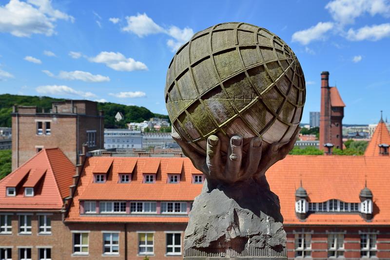 Tak prezentuje się jedna z dwóch kul ziemskich zdobiących szczyty elewacji gmachu głównego Politechniki Gdańskiej (fot.gdansk.pl/Krzysztof Krzempek/Politechnika Gdańska)