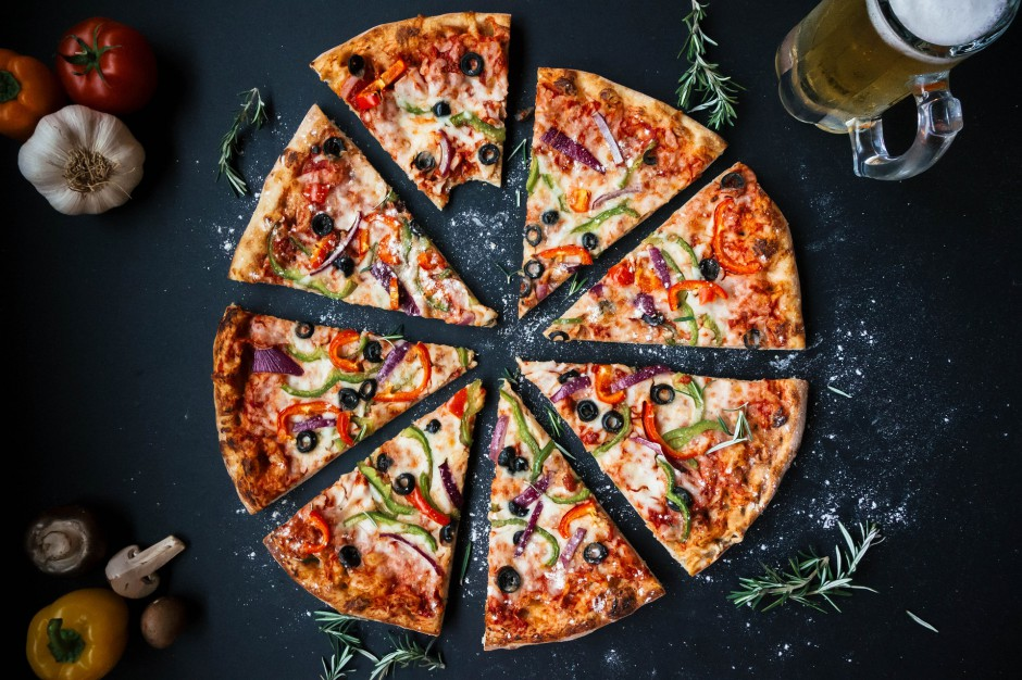 Radny oskarżony o rozsmarowanie  pizzy na twarzy przechodnia