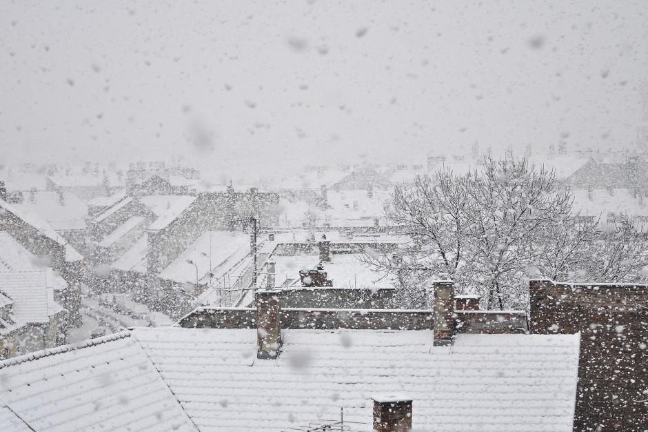 Podkarpackie: Mieszkańcy nadal bez prądu po opadach śniegu