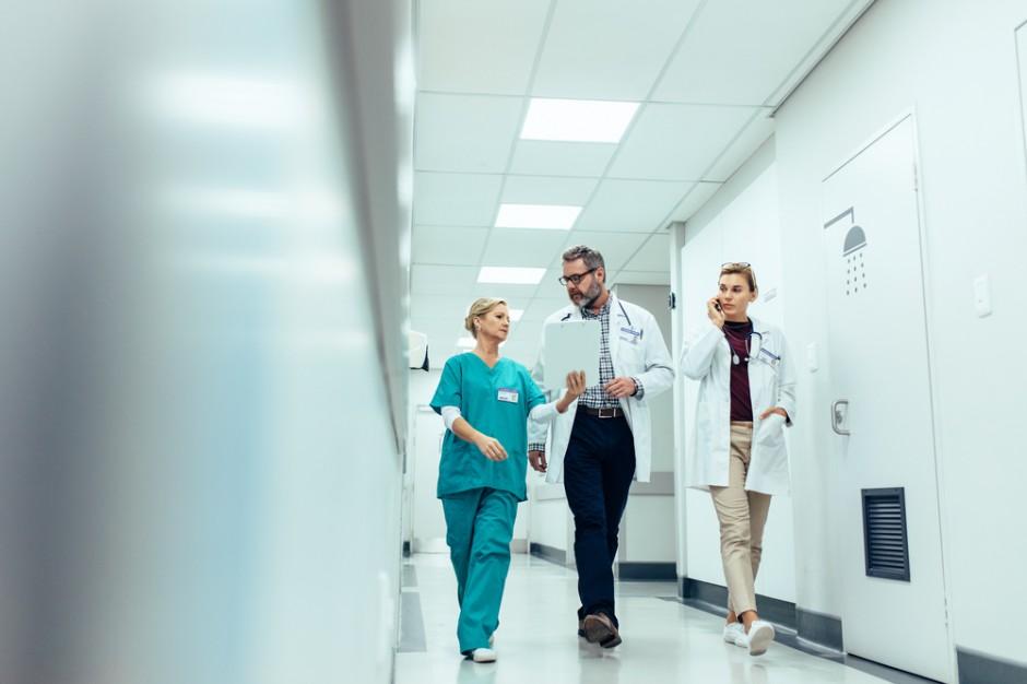 Samorządy kuszą lekarzy. Fundują stypendia, dodatki, dopłaty do mieszkań