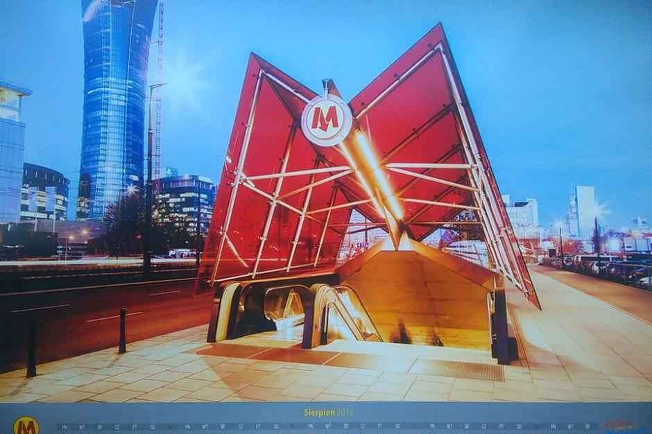 Warszawa. Przywrócono kursowanie metra. W reklamowce była bombonierka