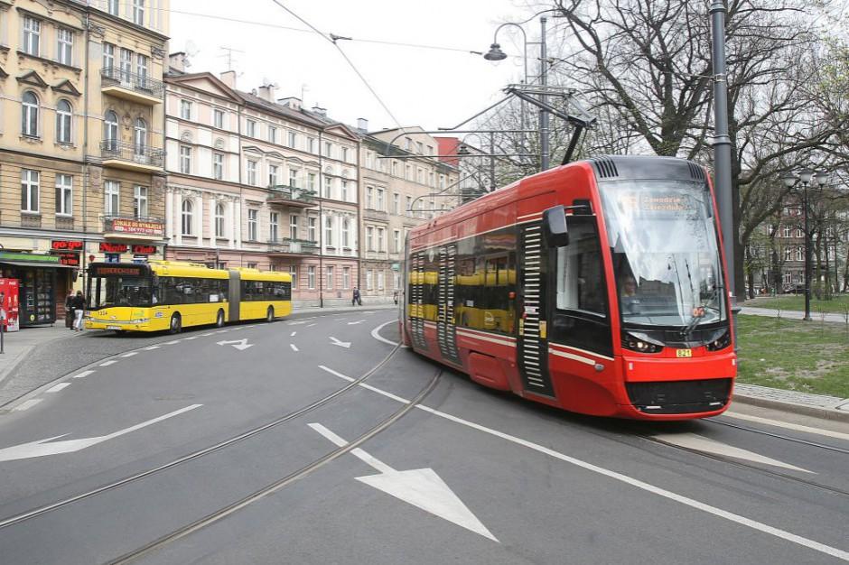 Transport publiczny w miastach wojewódzkich. Gdzie najdalej do przystanku