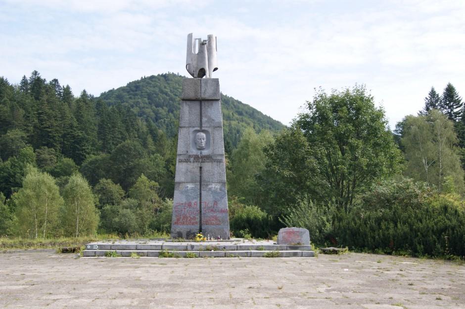 Dekomunizacja: rozpoczęła się rozbiórka pomnika Świerczewskiego w Jabłonkach