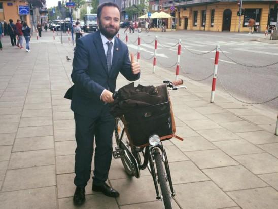 Wiceprezydent Olszewski słynie z zamiłowania do jazdy na rowerze. Używa go jako środka transportu również w pracy (fot. Facebook/Michał Andrzej Olszewski)
