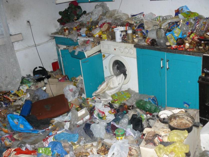 Sterty śmieci, grzyb, pleśń. Katowicki KZGM publikuje zdjęcia odzyskanych mieszkań