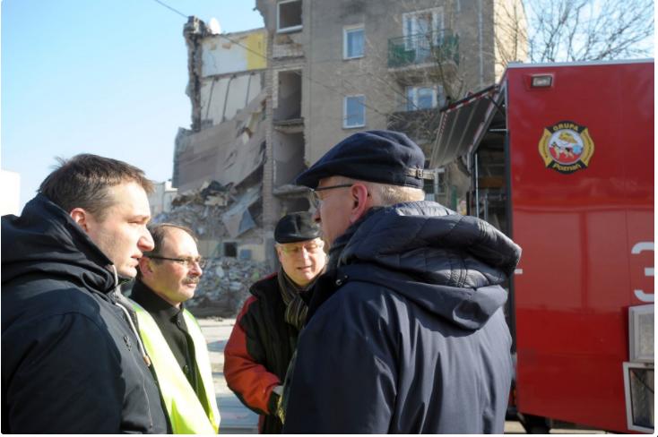 - Będziemy ustalać przyczyny zdarzenia. Wszystkie osoby, które ucierpiały w wypadku mają zapewnione schronienie. Część poszkodowanych zadeklarowała jednak, że zamieszka u osób bliskich - mówił na miejscu Jacek Jaśkowiak. fot.poznan.pl