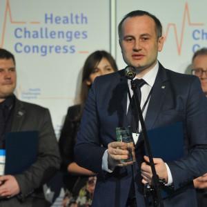 Wicestarosta powiatu piotrkowskiego Piotr Wojtysiak dziękował za wyróżnienie i opowiadał o programach realizowanych w swoim powiecie.