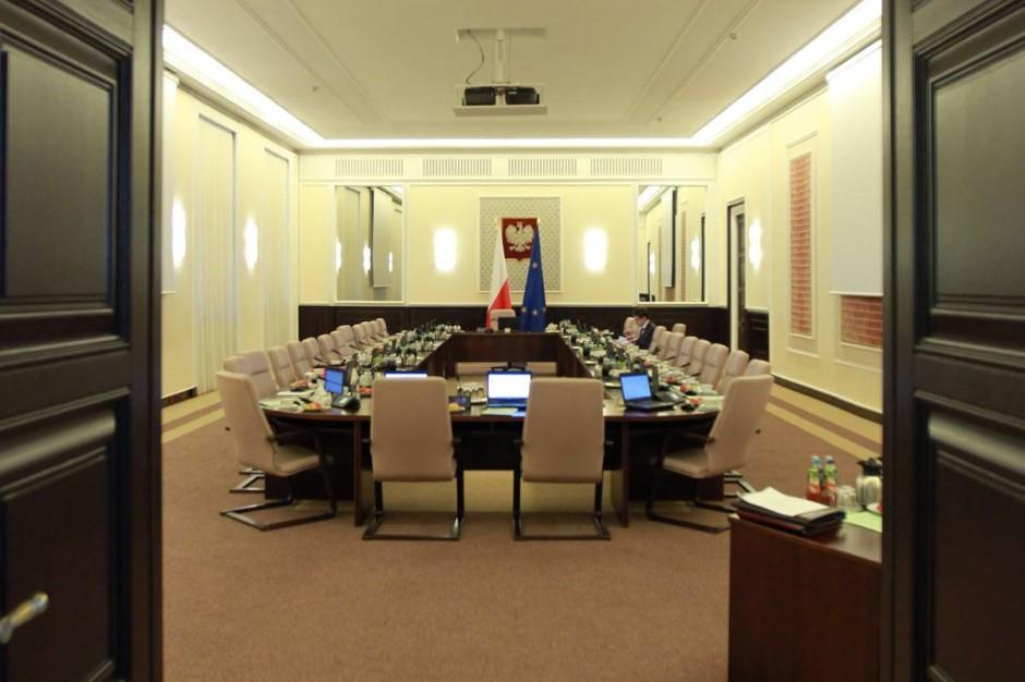 Projekt zmian w ustawie o służbie cywilnej. Likwidacja nagród, przeniesienia