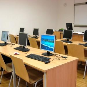 Cyfryzacja szkół    Do końca roku 2020 wszystkie szkoły w Polsce mają być podłączone do szerokopasmowego Internetu. Oznacza to, że budowa Ogólnopolskiej Sieci Edukacyjnej zostanie ukończona. Za to zadanie odpowiada minister cyfryzacji, ale MEN zamierza rozszerzyć zakres działania tego projektu - chce, aby dostęp do internetu nie ograniczał się do jednego miejsca w szkole, ale był on rozprowadzony po wszystkich klasach.   Zamierza, jeśli będzie to możliwe, wyposażyć szkoły w niezbędne urządzenia i przeszkolić nauczycieli, tak aby w praktyce wykorzystać te możliwości techniczne, które szkoły będą miały.   (fot. pixabay)