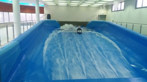 Jest też jedyny w Polsce symulator surfingu pod dachem, gdzie zmienna prędkość przepływu wody w niecce umożliwia również naukę surfowania
