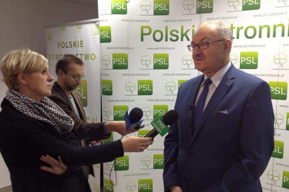 - Posłowie PiS i PO zagłosowali przeciwko dalszemu procedowaniu, a myślę, że była dobra okazja, żeby dać sygnał Unii Europejskie, że Polska wychodzi z taka inicjatywą - podkreślił na poniedziałkowej (26.03) konferencji prasowej w Rzeszowie Mieczysław Kasprzak, poseł PSL. (fot. facebook.com/mieczyslaw.kasprzak)