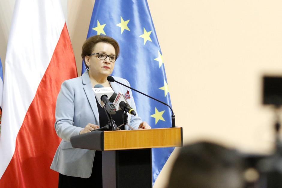 """Minister Zalewska podpisała """"płacowe"""" rozporządzenie. Podwyżki stały się faktem"""