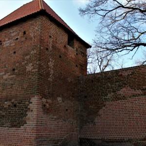 <p>Odwiedzający zamek, po jego opuszczeniu, będą kierować się bezpośrednio na ścieżkę Zewnętrznego Muzeum Fortyfikacji</p>
