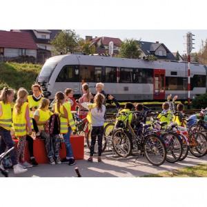 <p>Powstał węzeł przesiadkowy z 20 miejscami postojowymi, kładką z punktem widokowym, WC, informacją turystyczną, 20 km ścieżek rowerowych.</p>