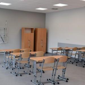 <p>W szkole znajduje się 28 sal lekcyjnych z zapleczami dydaktycznymi.</p>