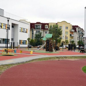 <p>Na terenie szkoły znajdują się dwa boiska, dwa place zabaw, ciągi piesze oraz wygrodzony teren z miejscami parkingowymi.</p>