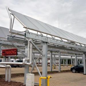 <p>W największej instalacji panele zostały umieszczone na pergoli zbudowanej nad szpitalnym parkingiem.</p>