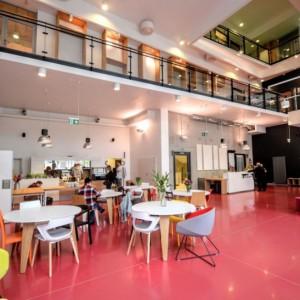 <p>Budynek jest nie tylko atrakcyjny wizualnie i dopracowany estetycznie, ale także funkcjonalny i dostosowany do r&oacute;żnych działań i grup odbiorc&oacute;w.</p>