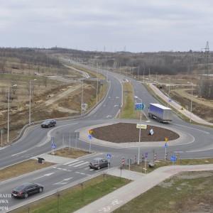 <p>Inwestycja obejmuje przebudowę skrzyżowania na skrzyżowanie typu rondo na przecięciu DW z ul. Przemysłową.</p>