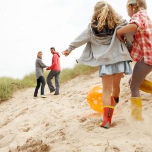 Wakacje nie tylko na blokowisku . CBOS zapytał Polaków o tegoroczne wyjazdy dzieci na wakacje oraz potencjalne przyczyny rezygnacji z wakacyjnego wypoczynku. Wyniki ankiety pokazały, że w tym roku padł rekord pod względem wyjazdów. Na co najmniej tygodniowy wypoczynek poza miejscem zamieszkania wyjechało aż 69 proc. uczniów z gospodarstw domowych, w którym są dzieci w wieku szkolnym. Dodatkowo w przypadku 56 proc. gospodarstw co najmniej tydzień poza domem spędziły wszystkie dzieci, to najwyższy wynik od 1993 roku! Nadal najczęstszą przyczyną rezygnacji był brak pieniędzy. Wskazało na niego ponad 46 proc. badanych. Nadal najbardziej popularne były wakacje w Polsce, jednak liczba zagranicznych wyjazdów poszła nieco w górę. (fot. shutterstock)