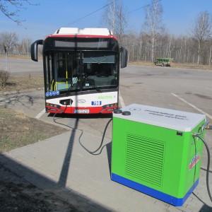 <p>Eksploatacja autobus&oacute;w hybrydowych ograniczyła emisję dwutlenku węgla o około 25%, natomiast eksploatacja autobus&oacute;w elektrycznych jest całkowicie bezemisyjna.</p>