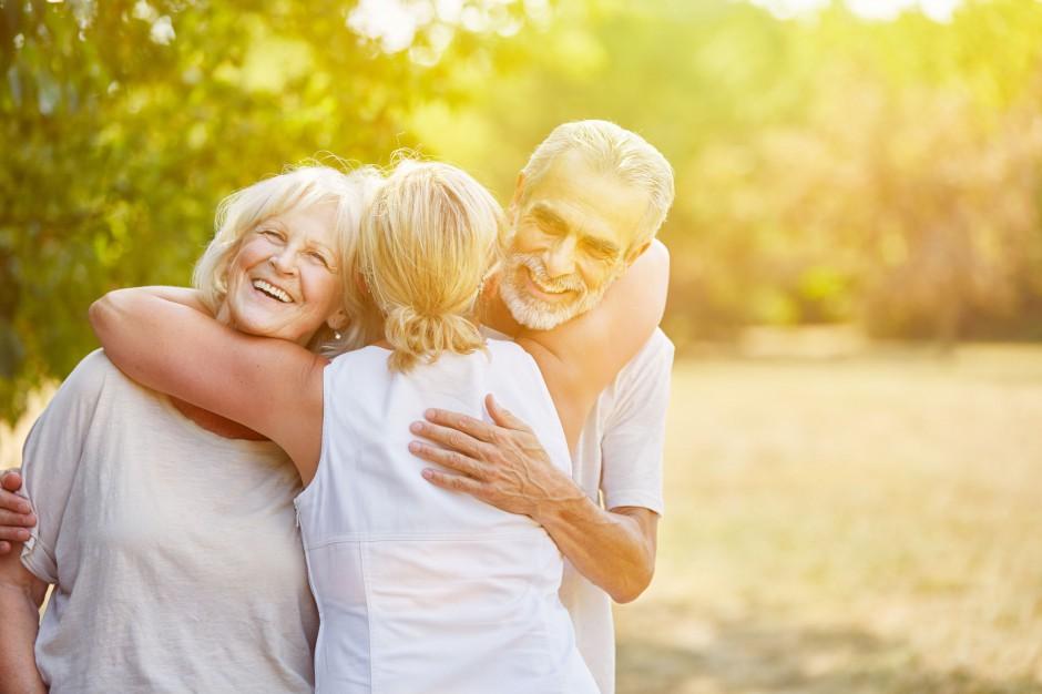 Emeryci wspierają finansowo rodzinę