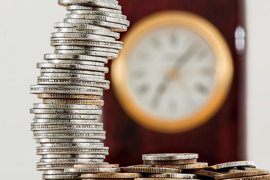 """Prawo do """"trzynastki"""" a zmiana pracodawcy w sferze budżetowej: wyroki, komentarze"""