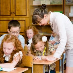 Systematyczne podwyżki.  Anna Zalewska, minister edukacji narodowej, rozporządzenie w sprawie podwyżek podpisała na tydzień przed 1 kwietnia. Wynika z niego, że kwota bazowa dla nauczycieli wzrośnie o 5,35 proc. - Tym samym wynagrodzenie średnie dla nauczycieli na poszczególnych stopniach awansu zawodowego także wzrośnie o 5,35 proc. - podkreślają przedstawiciele resortu edukacji. Średnie wynagrodzenie będzie kształtowało się następująco: nauczyciel stażysta-2900,20 zł brutto (więcej o 147,28 zł), nauczyciel kontraktowy - 3219,22 zł brutto (więcej o 163,48 zł), nauczyciele mianowany - 4176,29 zł brutto (więcej o 212,09 zł), nauczyciel dyplomowany - 5336,37 zł brutto (więcej o 271 zł). Te stawki są niższe, jeśli spojrzymy na kwotę wynagrodzenia zasadniczego: stażysta - 123 zł brutto, kontraktowy - 126 zł brutto, mianowany - 143 zł brutto, dyplomowany - 168 zł brutto. Jest to pierwsza od 2012 roku podwyżka w tej branży.Warto wyjaśnić, że na wynagrodzenie nauczycieli składa się wynagrodzenie zasadnicze oraz dodatki (np. za wysługę lat, motywacyjny czy funkcyjny). Dopiero po ich zsumowaniu wychodzi tzw. średnie wynagrodzenie. Kolejna tura podwyżek zaplanowana jest na styczeń 2019 r., trzecia na styczeń 2020 r. W sumie wynagrodzenie nauczycieli ma wzrosnąć przez trzy lata o ok. 15 proc. (fot.shutterstock)