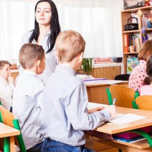"""Na końcu zestawienia.  Zarobki polskich nauczycieli należą do jednych z najniższych wśród krajów OECD (Organizacja Współpracy Gospodarczej i Rozwoju) - wynika z raportu """"Education at Glance 2017"""". Na szarym końcu zestawienia znaleźliśmy się wraz ze Słowenią, Węgrami oraz Czechami. Co więcej średnie wynagrodzenie nauczycieli w Polsce jest niższe od średniego wynagrodzenia osób z wyższym wykształceniem. Ci pracujący w przedszkolach zarabiają 72 proc. średniej, w podstawówkach i liceach 84 proc, a w likwidowanych gimnazjach 85 proc. (fot.shutterstock)"""