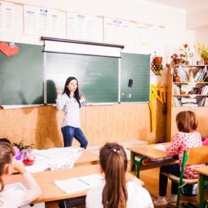 Czas pracy nauczycieli. Pełnoetatowy nauczyciel w tygodniu powinien pracować 40 godzin, jednak w ich przypadku podział jest nieco inny. Na pracy z dziećmi spędza 18 godzin w tygodniu (tzw. praca przy tablicy) natomiast resztę poświęca na dodatkowe czynności. Szczegółowe badanie czasu ich pracy przeprowadził Instytut Badań Edukacyjnych. Z wyników dowiemy się, że wśród osób posiadających pełen etat i pracujących w jednej szkole najmniej zapracowani są nauczyciele kontraktowi - 33,8 godz. w tygodniu. Mianowani pracują o 70 minut więcej - 34,9 godz. na tydzień. U dyplomowanych jest to 36,2 godz. Grubo ponad 40 godz. w tygodniu w pracy spędzają poloniści, zaś nauczyciele wychowania fizycznego pracują najmniej. (fot.shutterstock)