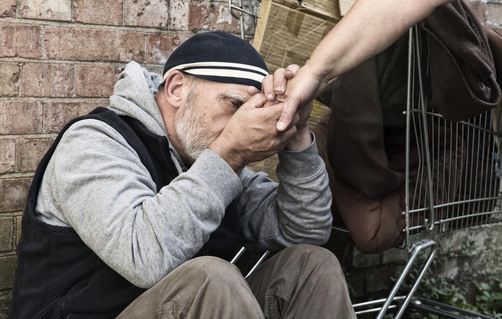 Ustawa zakłada, że w przypadku schronisk dla osób bezdomnych z usługami opiekuńczymi, podopieczny nie będzie musiał podpisywać kontraktu socjalnego, aby zostać skierowanym do tej placówki. (fot.shutterstock)