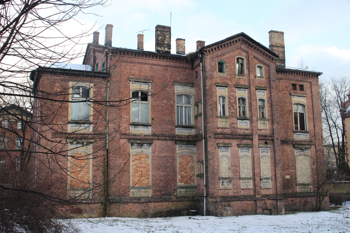 Tak obecnie wygląda jeden z budynków, którzy przejdzie gruntowny remont. fot. Twitter/Ruda Śląska