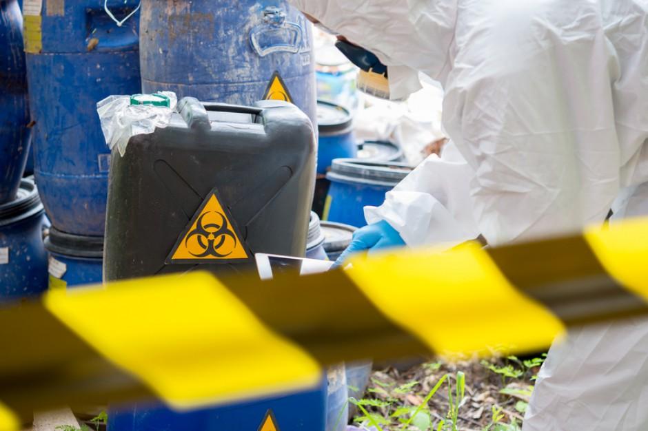 Barwice. WIOŚ potwierdził, w znalezionych pojemnikach są niebezpieczne odpady
