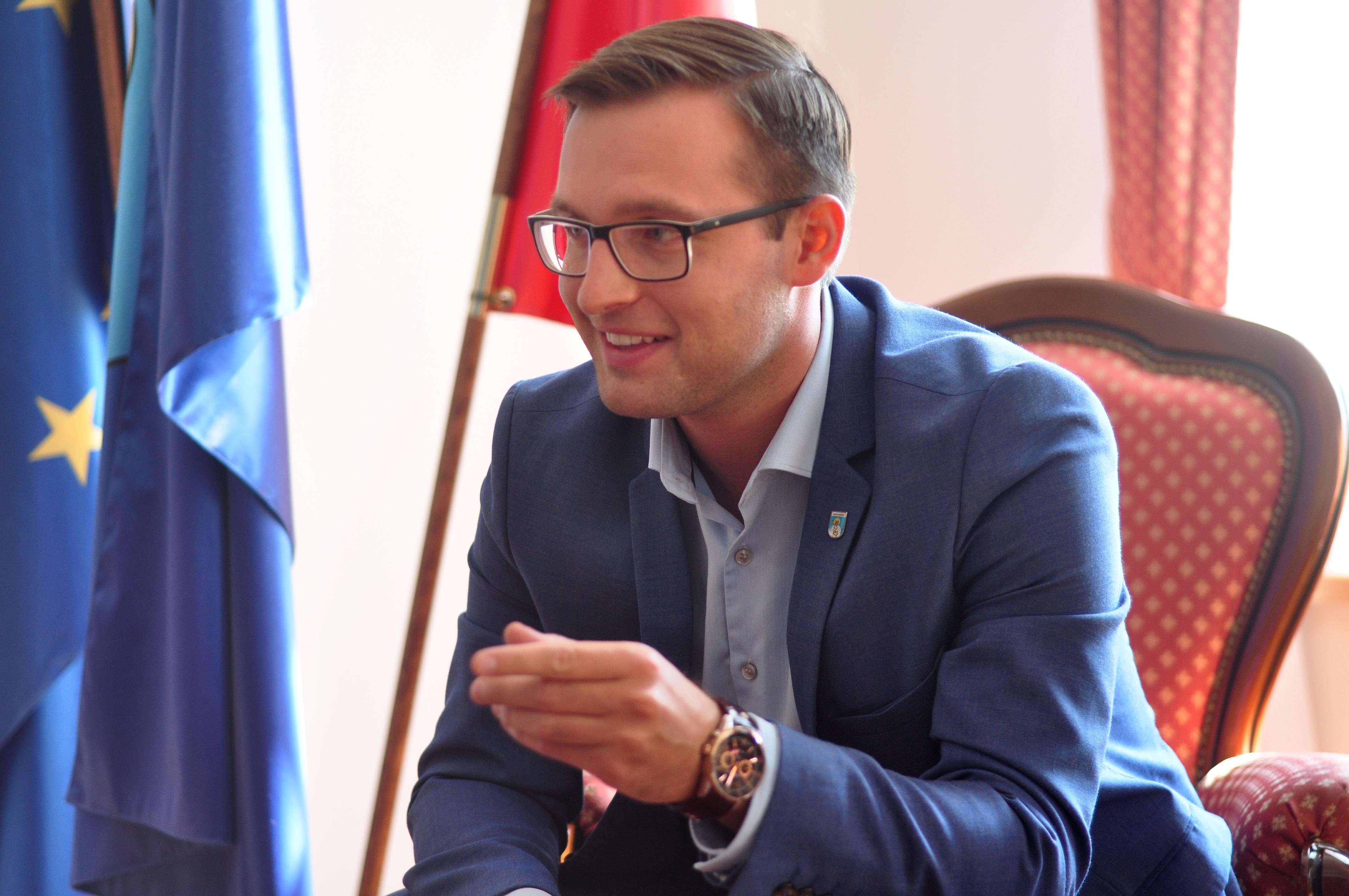 Krzysztof Kosiński został prezydentem Ciechanowa mając 26 lat. Dziś mówi, że już nikt nie pamięta o jego wieku (Fot. UM Ciechanów)
