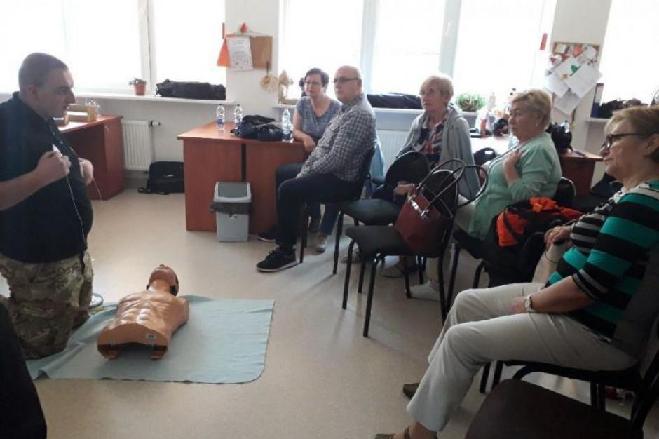 Straż miejska uczy seniorów pierwszej pomocy