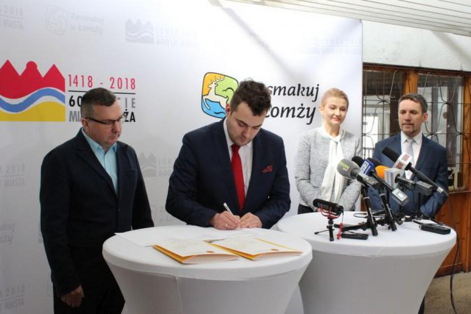 W Łomży podpisano umowę ws. modernizacji hali targowej na Halę Kultury